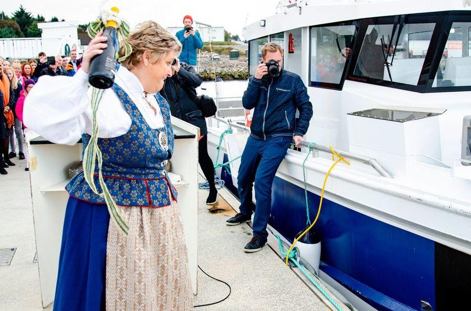 Gudmor Torill Pettersen i aksjon med champagneflasken da hun fikk æren av å døpe fartøyet «Labridae». Foto: Trond Hammervik.