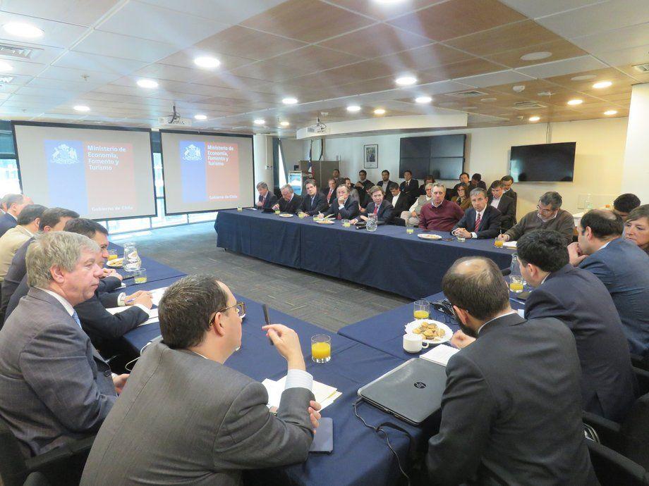 El subsecretario de Pesca y Acuicultura, Eduardo Riquelme, lideró las reuniones con los máximos ejecutivos de la industria chilena del salmón, que resultaron en la nueva normativa de densidades. Foto: Jonathan Garcés.