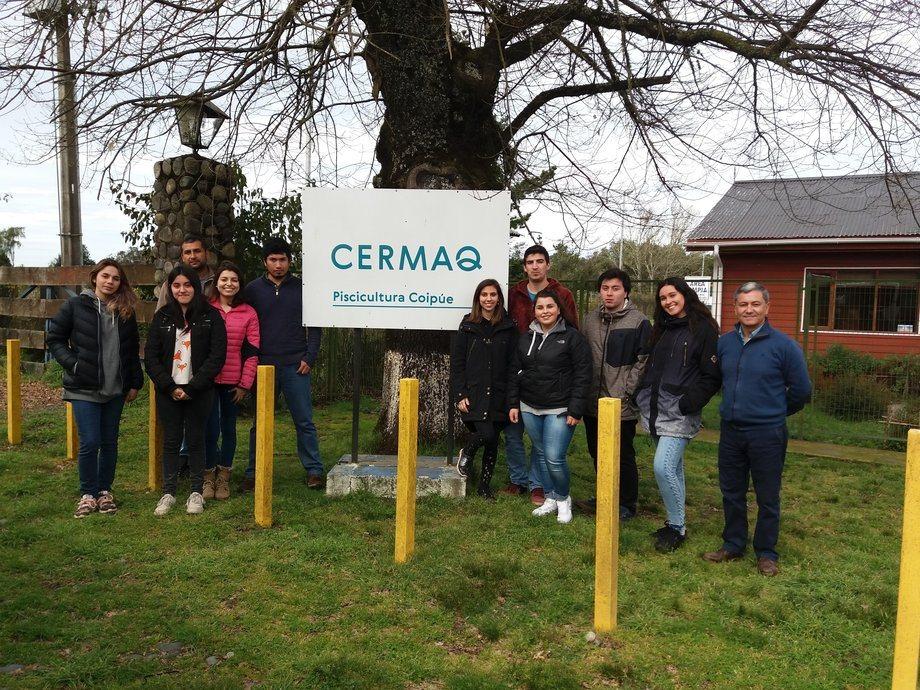 Visita de alumnos de la Universidad Mayor de Temuco a la piscicultura Coipúe de Cermaq, comuna Freire. Imagen, Salmonchile.