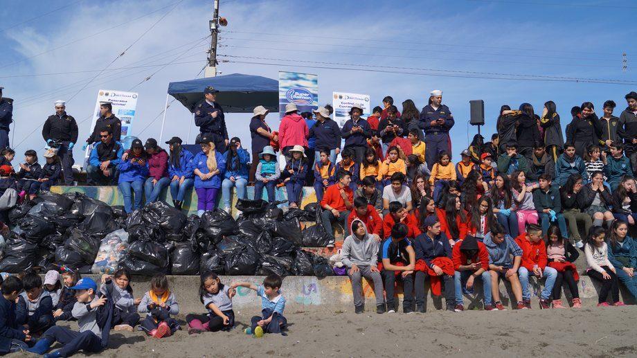 actividades de limpieza de playas en Melinka, Quellón y Puerto Cisnes, junto a la comunidad en el Día Internacional de las Playas. Imagen, Los Fiordos.