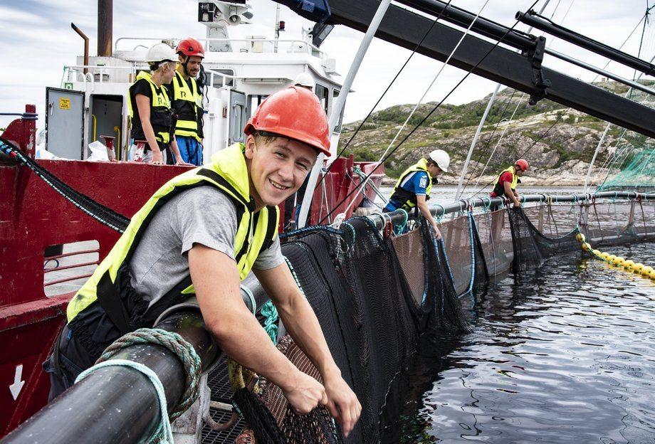 En av SinkabergHansens nye lærlinger, Johan Mo fra Kolvereid - her i arbeid på en lokalitet i Nærøy nå i sommer. Foto: SinkabergHansen