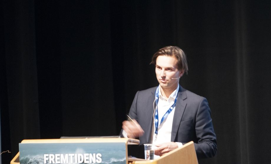 Alexander Aukner, analytiker i DnB snakket om landbasert oppdrett og RAS på Sunndalsøra. Foto: Pål Mugaas Jensen/Kyst.no.