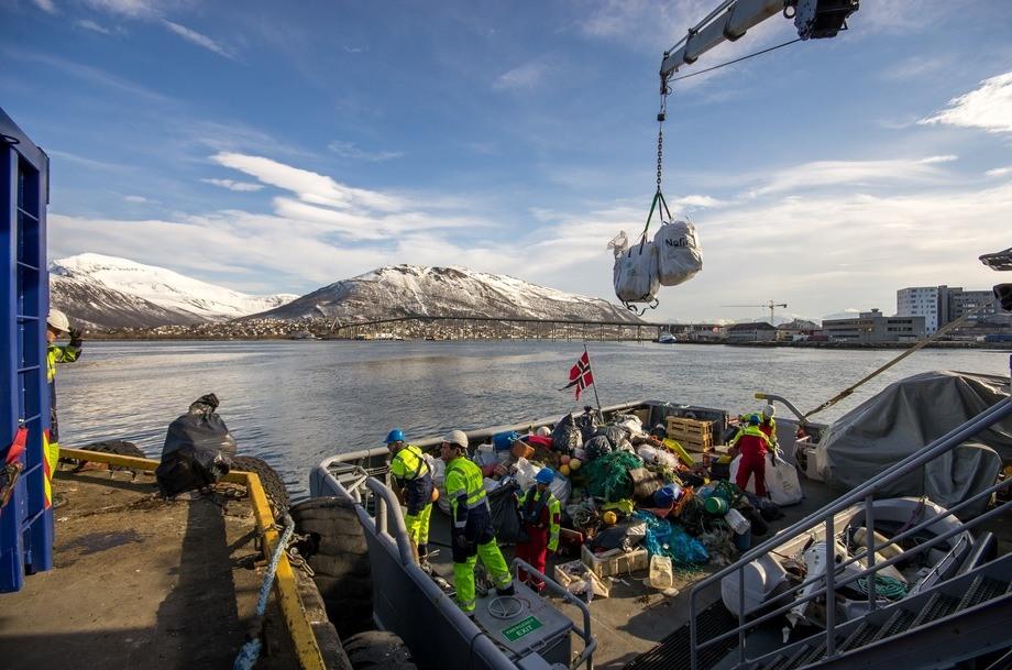 Slik ser det ut når fiskere i Tromsø leverer inn plast de har fisket opp. Foto: Bo Eide