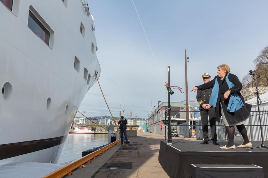 Erna Solberg har vært gudmor før - her døper hun Havforskningsinstituttets nye fartøy «Dr. Fridtjof Nansen» i mars 2017. Foto: Hans Kristian Thorbjørnsen