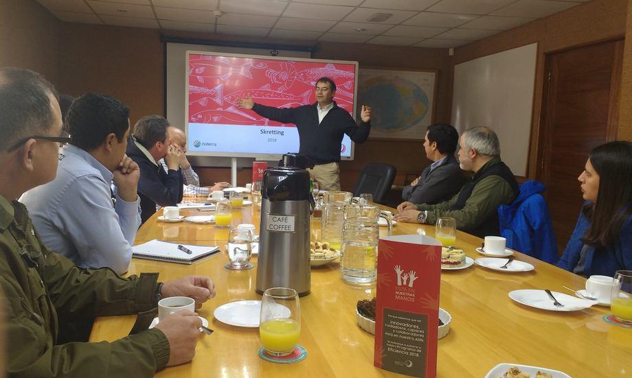 Ronald Barlow mostró la historia de la empresa a los asistentes a través de una presentación. Foto: Skretting.