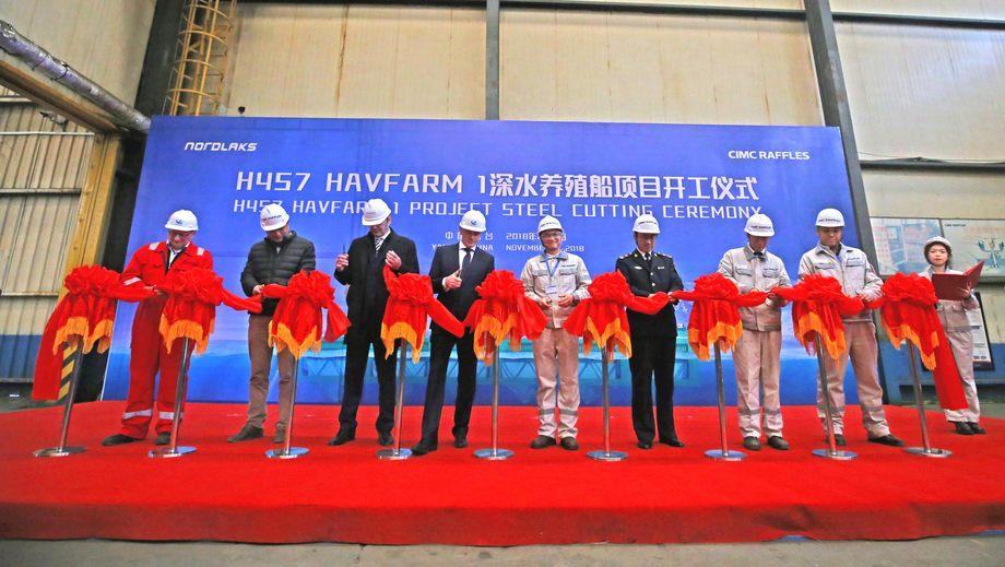 Snorklipping som markerer byggestart for den første Havfarme. Fra venstre: Ove Morten Høyem (Nordlaks), Yan Yongjun (CIMC Raffles), Yu Mingliang (Yantai Maritime Safety Administration), Johann Melsted (DNV GL), Roger Mosand (Nordlaks), Tang Shengtao (CIMC Raffles), Jiang Chunguo (Yantai pilot station), Guo Fuyuan (CIMC Blue) og Wang Peng (CIMC Raffles). Foto: Nordlaks.