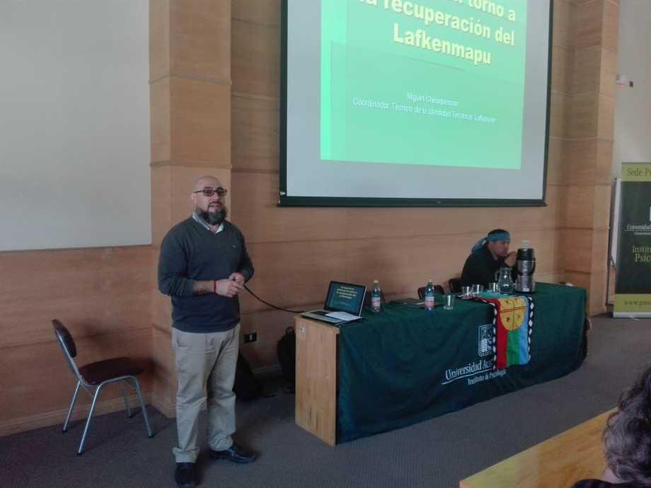 """Miguel Cheuquemán presentó, """"Perspectivas políticas en torno a la recuperación del Lakenmapu"""". Foto: Daniel Nieto M."""