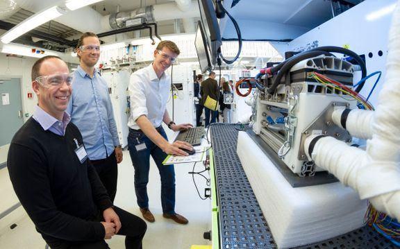 Forsker Graham Smith (til høyre) ved SINTEF demonstrer det nye hydrogenlaboratoriet i Trondheim under innvielsen. Gjestene er her representert ved Andreas Bodén og Johan Burgren fra den svenske brenselcelleprodusenten PowerCell. Foto: Thor Nielsen / SINTEF