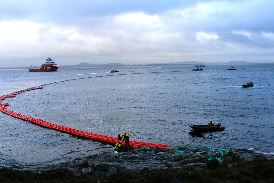 Havariet av KMN Helge Ingstad gjorde at Blom fiskeoppdrett valgte å flytte 750 tonn ørret grunnet oljesøl. Nå krever oppdrettsselskapet millionerstatning fra Forsvaret. Foto: Andrea Bærland.