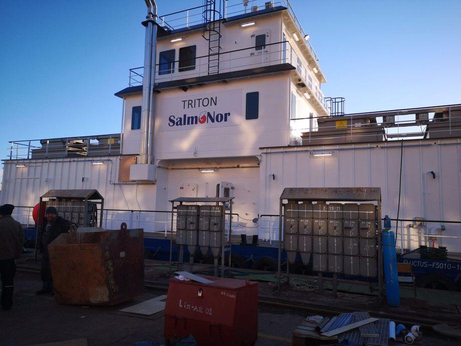 Triton er SalmoNor sin første Fluctus fôringsflåte, og har fire lugarer om bord. Foto: SalmoNor.