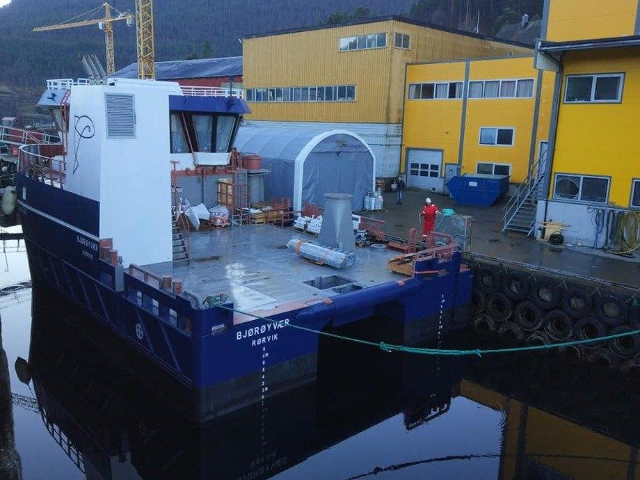 Skroget til «Bjørøyvær» ankom nylig Sletta Verft, hvor 19-metringen skal utrustes og leveres mars neste år. Foto: Sletta Verft.
