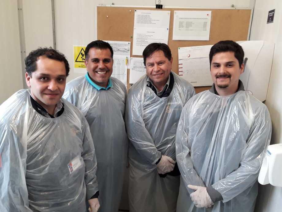 El Dr. Rubén Avendaño-Herrera, junto a funcionarios de Sernapesca Magallanes. Foto: Incar.