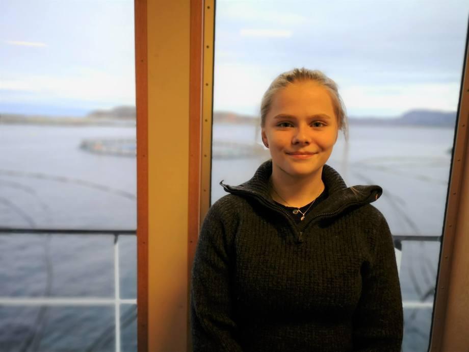 Vilde Kristiansen sier til Kyst.no at hun trives veldig godt hos SalmoNor. Foto: Ole Andreas Drønen/Kyst.no.