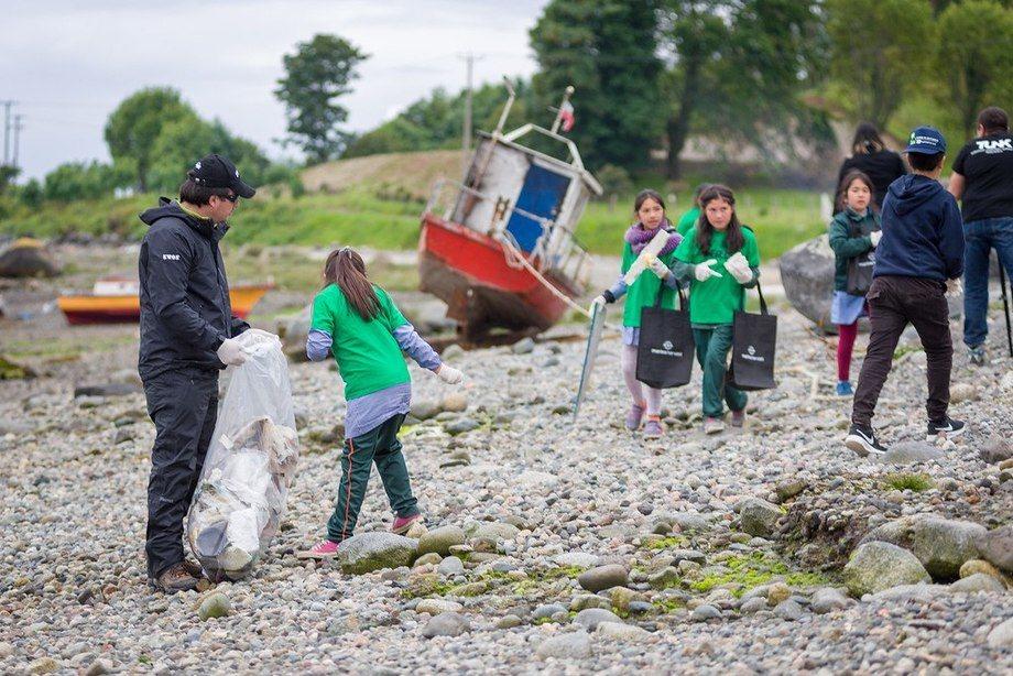 Imagen referencial de limpieza de mar y playas. Foto: Archivo Salmonexpert.