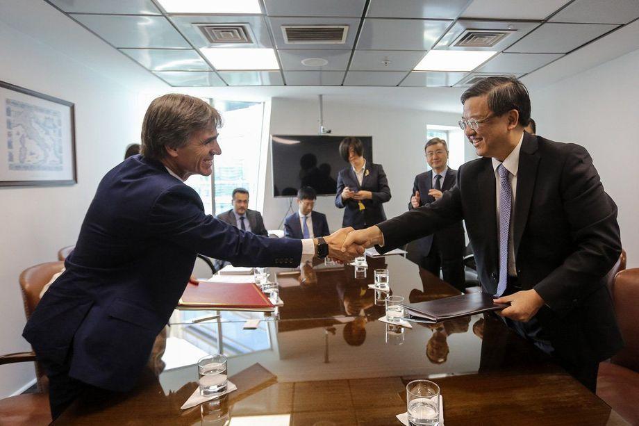 El ministro de Economía, José Ramón Valente y el ministro de Aduanas de la República Popular China, Ni Yuefeng. Foto: Sernapesca.