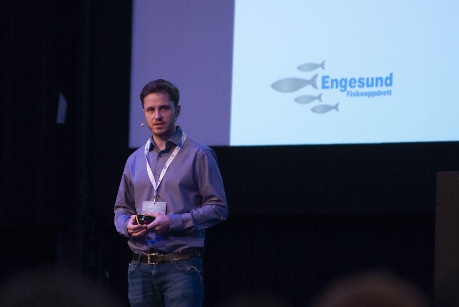 Gisle André Enstad er fornøyd med hvordan fisken vokser og trives i Engesund-merden. Foto: Pål Mugaas Jensen/Kyst.no.