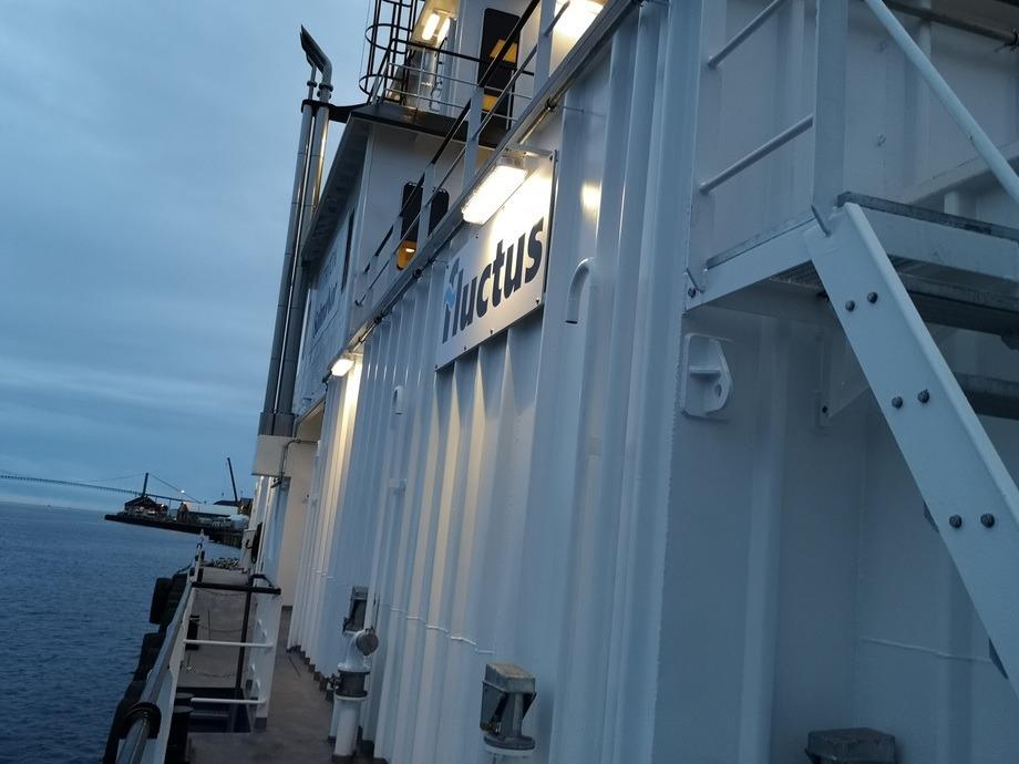 Fôrflåten til Salmonor har fått navnet Triton og er plassert på lokaliteten Heggvika i Bindal kommune. Foto: SalmoNor.