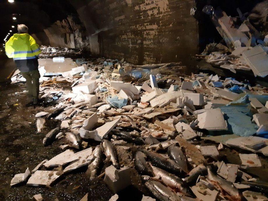 Tre-fire tonn med laks lå strødd i veibanen etter veltet. Foto: Voss brannvern