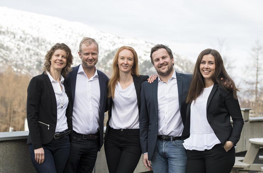Vibeke Juriks (i midten av bildet) gir seg i Fish Pool. Her ser du hun sammen med kolleger i Fish Pool, der hun har jobbet i totalt seks og et halvt år. Foto: Fish Pool.