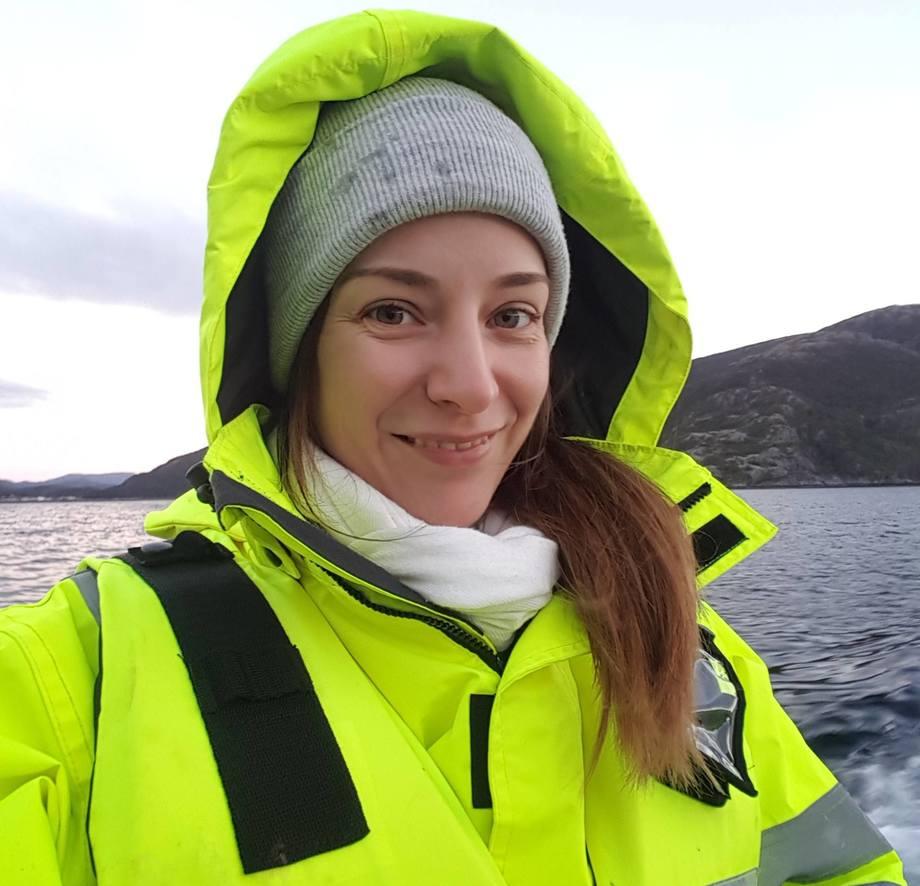 Susanna Lybæk i Dyrevernalliansen mener næringen er blitt bedre innen fiskevelferd. Men påpeker det enda er en vei å gå og oppdretterne må få økt forståelse for dyrevelferd. Foto: Dyrevernalliansen.