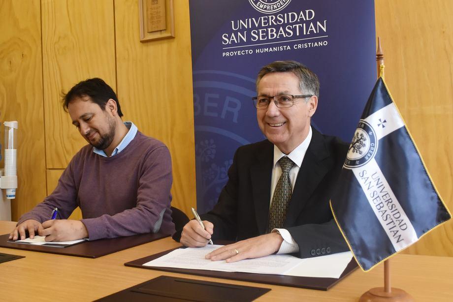 El acuerdo fue firmado por Juan Carlos Sánchez, director técnico de Acuicultura de Fundación Chile ySergio Hermosilla Pérez, vicerrector de Sede De la Patagonia de la USS. Foto: USS.