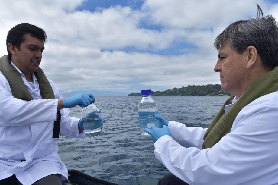 Marcos Godoy y Rudy Suárez recogen muestras de agua desde el Lago Llanquihue. Foto: USS.
