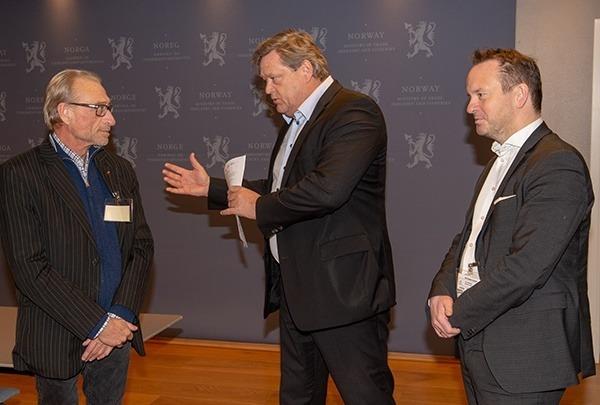 LO-sekretær Terje Olsson (t.v.) og Sjømat Norge-sjef Geir Ove Ystmark (t.h.) overrakte det felles budskapet til fiskeriminister Harald Tom Nesvik. Foto: Sjømat Norge