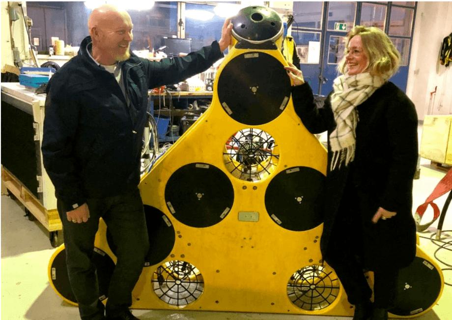 Roy og Ingrid Sara foran et av produktene til selskapet. Foto: Ocein