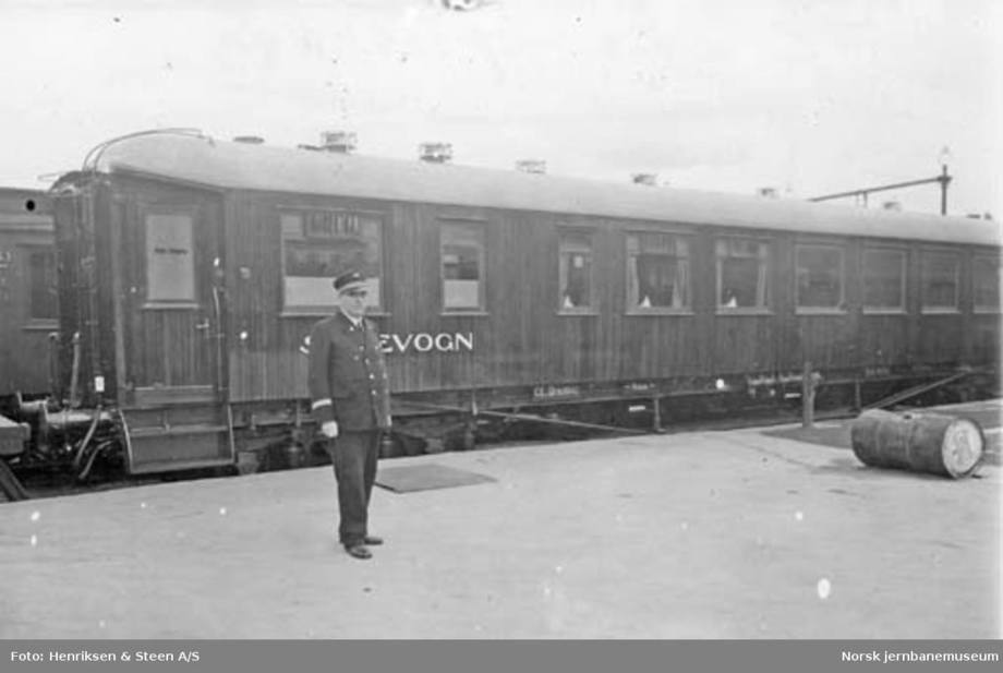 Arne Jebsen hadde fått ordnet med spisvogn og restaurantøren på Blom fulgte med! Foto: Norsk Jernbanemuseum.