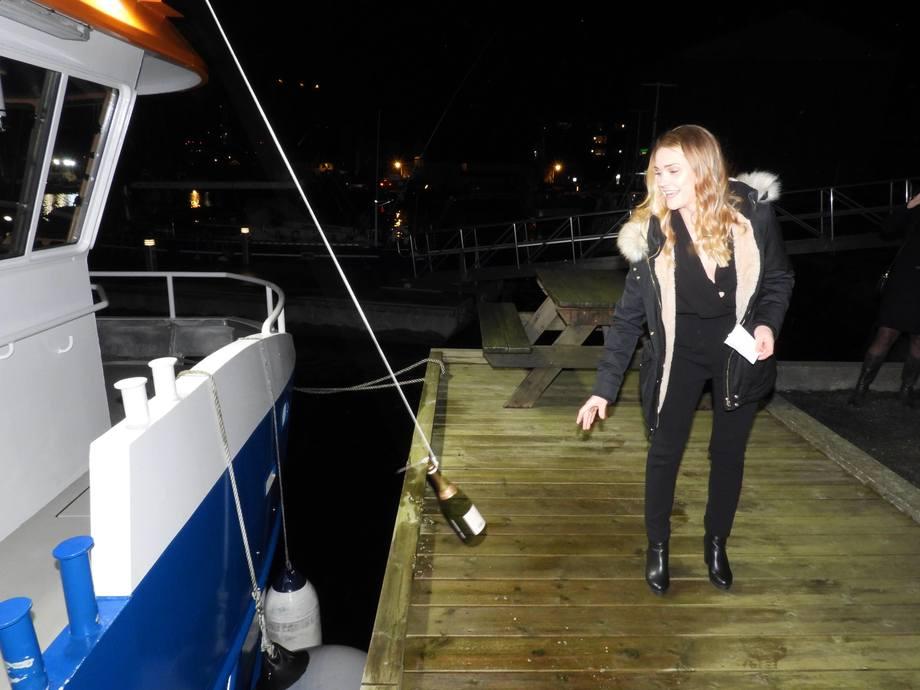 Gudmor for Svanøy Havbruk sin nye arbeidskatamaran var fiskehelseansvarlig Monica Kalberg, som slengte champagneflasken i siden på fartøyet for hell og lykke. Foto: Ola Sveen.