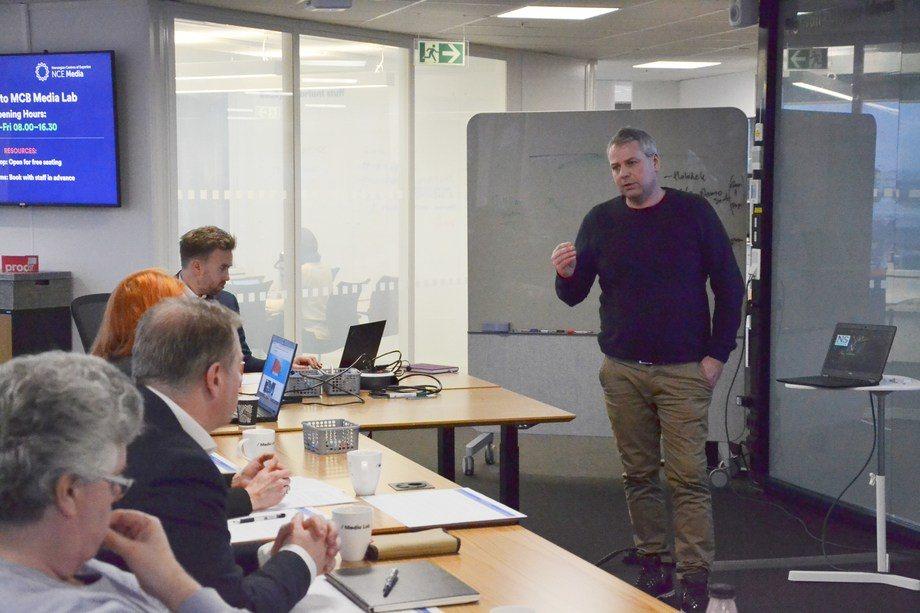 Kenneth Myklebust i Naupilus Solutions pitcher fremfor dommerne på Media City Bergen. Foto: Ole Andreas Drønen