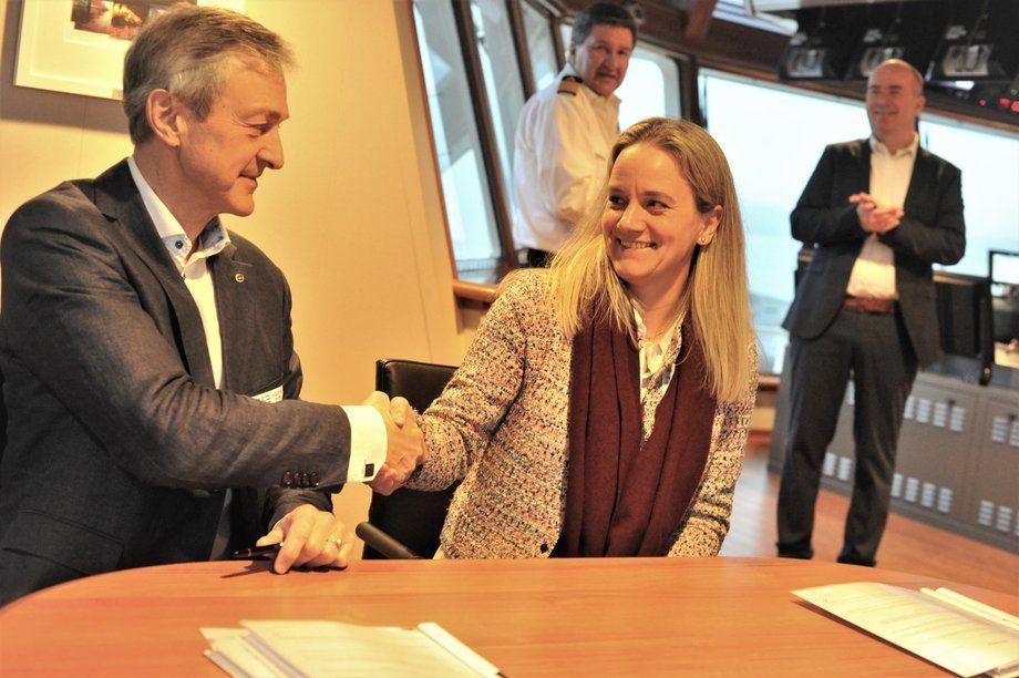 Remøy Shipping-sjef Karl-Johan Bakken og Tonje Angelfoss fra Equinor har signert de nye kontraktene. Foto: Equinor/Vidar Hardeland