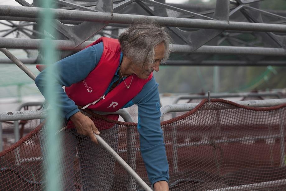 Åsta Haugarvoll i Lingalaks fekk årets aqKva-pris for sitt arbeid blant over mange år i familiebedrifta Lingalaks og Hardanger Akvasenter. Foto: Lingalaks.