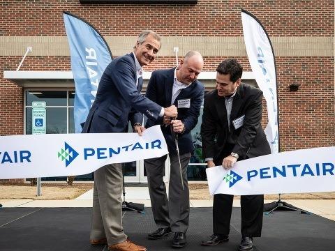 El presidente y director ejecutivo de Pentair, John Stauch, Steve Risner, director Senior de Tecnología, y Phil Rolchigo, director de Tecnología, celebraron la apertura del nuevo centro de innovación de la empresa. Foto: Pentair.