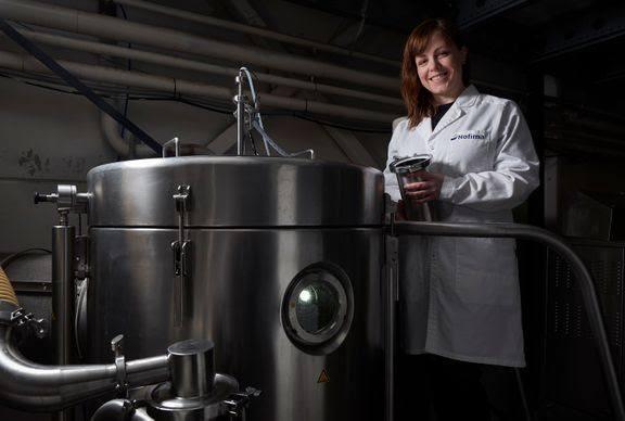 Forsker Birthe Vang lager proteinpulver nesten uten lukt og smak. Foto: Audun Iversen © Nofima