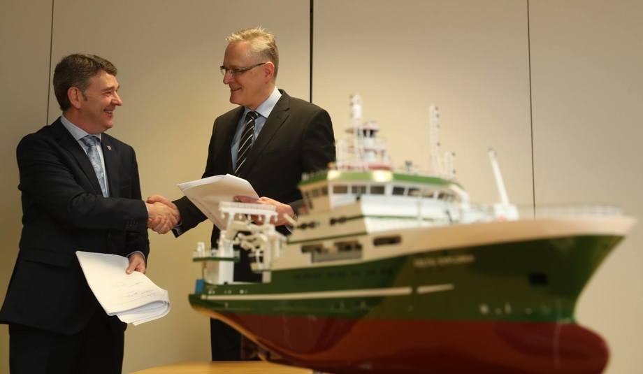 Bildet viser Dr Peter Heffernan, CEO Marine Institute og Hans Ove Holmøy, CEO Skipsteknisk AS som markerer signeringen av kontrakten.  I forgrunnen forskningsskipet «Celtic Explorer» som Skipsteknisk tidligere har designet for Marine Institute. Foto: Skipsteknisk.