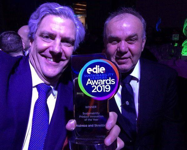 José Villalón, director de Sustentabilidad de Nutreco, y Trygve Berg Lea, gerente de Sustentabilidad de Skretting, recibieron el premio en Londres. Foto: Skretting.