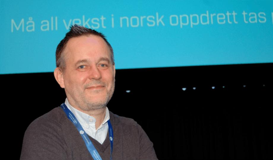 Rune Rønningen fra Møre Robotics forteller om roboter som kan bidra med å redusere lus i anleggene. Foto: Harrieth Lundberg