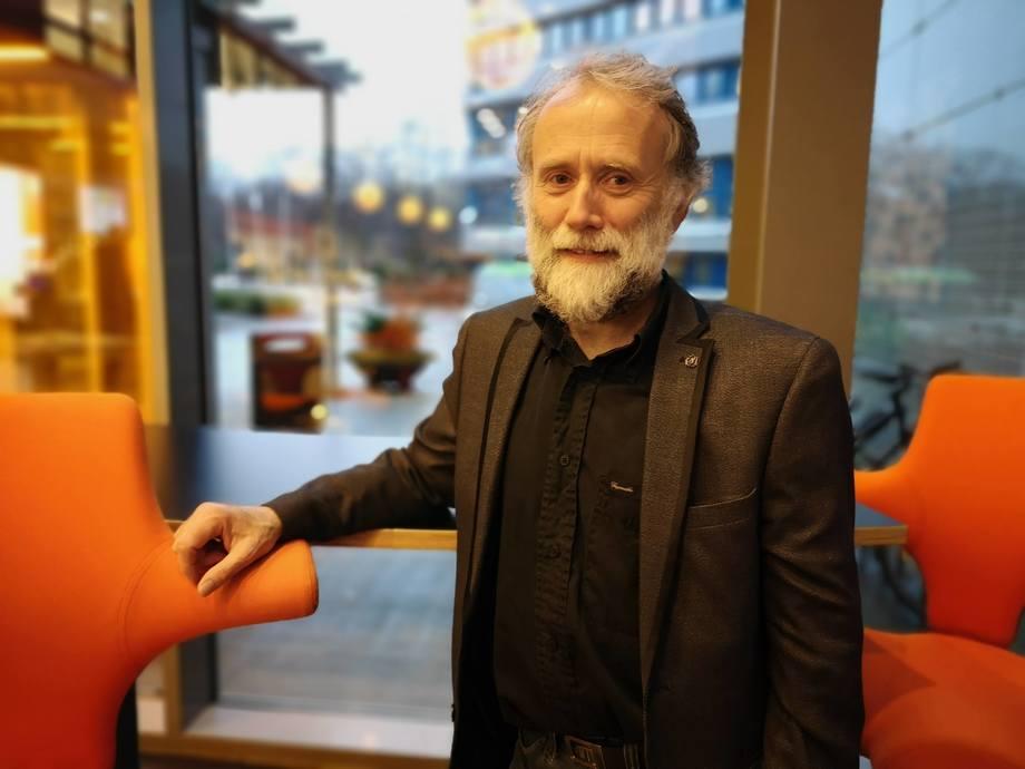 Edgar Brun, avdelingsdirektør fiskehelse hos Veterinærinstituttet forteller at de tar omleggingen til digital diagnostikk i Harstad stegvis. Foto: Ole Andreas Drønen