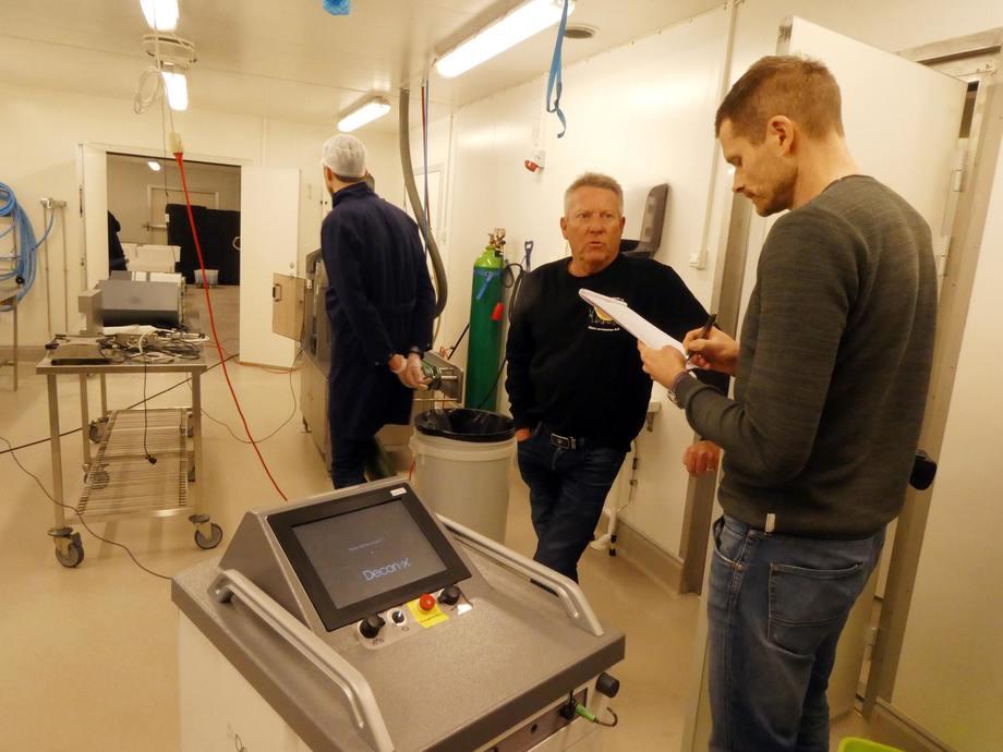 Terje Kjernsholen er eier i Slidre Ørretsenter som nå har tatt i bruk maskiner som produserer damp av hydrogenperoksid for å desinfisere hele rom i kampen mot listieria og andre hygieneutfordringer som bearbeidingsbedrifter sliter med.