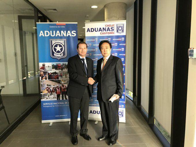 El director nacional de Aduanas, José Ignacio Palma, y  el director general del Departamento de Gestión de Empresas y Control de Auditoría de la Administración de Aduanas de China, Hu Dongsheng. Foto: Aduanas de Chile.