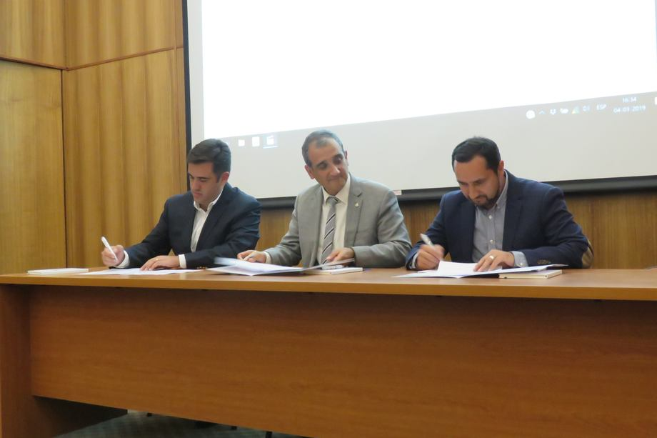 De izquierda a derecha: Miguel Portus (Lago Sofía SpA), Rodrigo Figueroa (Pontificia Universidad Católica de Chile) y Jaime Uribe (Pentair Chile). Foto: Jonathan Garcés, Salmonexpert.
