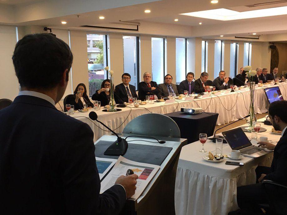 Rodrigo Yáñez, director general de la Direcon, exponiendo ante empresarios de la Sofofa. Foto: Direcon.