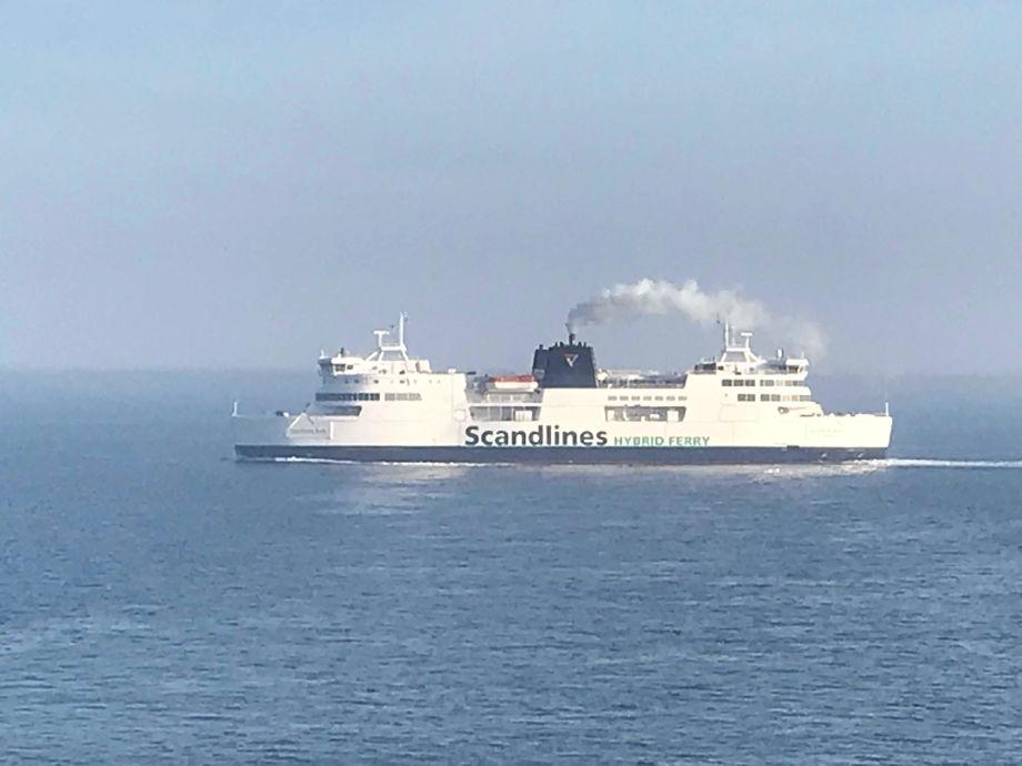 Det ryker fortsatt heftig av pipen fra fergen mellom Puttgarten og Rødby, men interessen for den norske modellen for grønn shipping er økende. Foto: Sigbjørn Larsen.