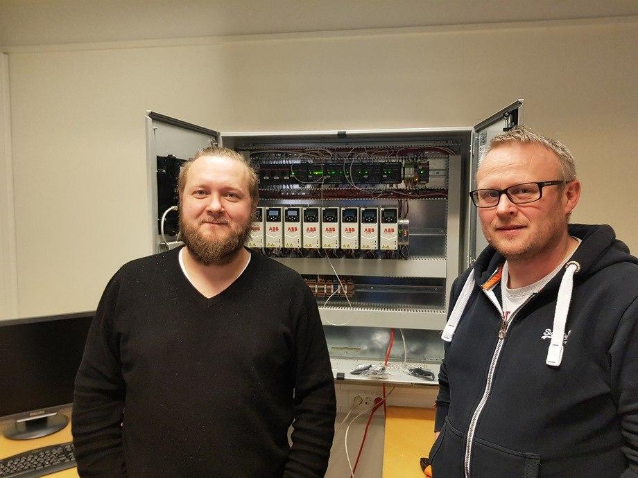 Alf Helge Møgster t.h på det nye kontoret til Fluctus i Kolbeinsvik i Austevoll. Her avbildet sammen med Runar Hatlevik som er produktleder for fôrflåter. Foto: Fluctus.