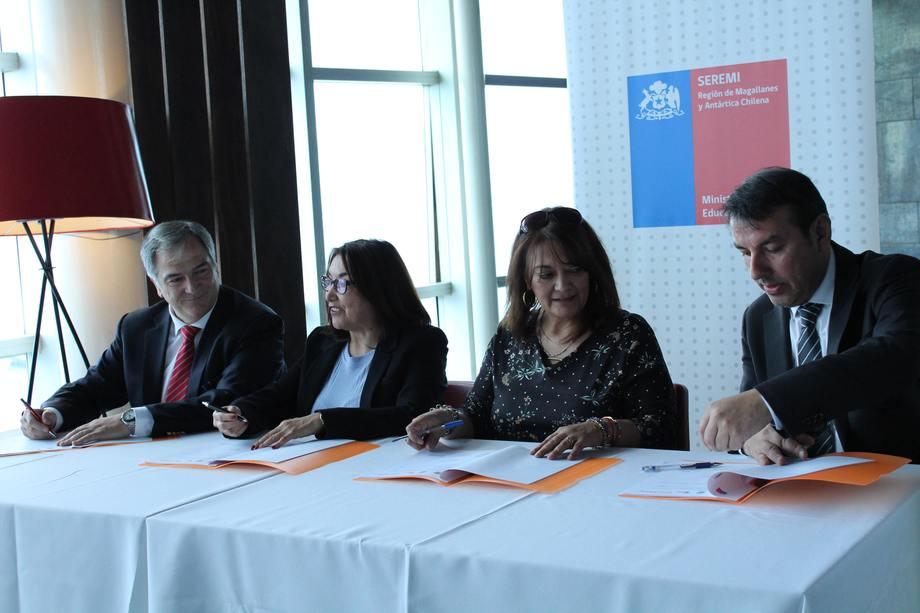 De izquierda a derecha: Drago Covacich, Marisol Andrade y Beatriz Sánchez. Foto: Asociación de Salmonicultores Magallanes.