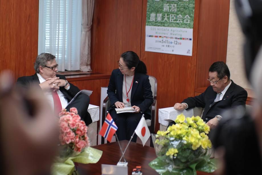 Harald T. Nesvik diskuterer fram handelsavtale med Japans fiskeriminister Takamori Yoshikawa. Foto: Nærings- og fiskeridepartementet