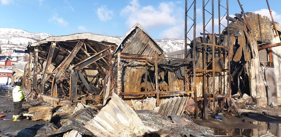 Torsdag morgen 7. mars brant Mørenot Fishery sine lokaler på Skjervøy ned til grunnen. Foto: Mørenot Fishery