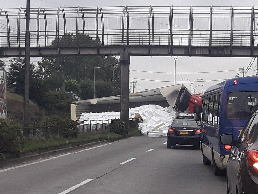 Imagen del camión volcado, que transportaba salmones a Brasil. Foto: Tomada de Soy Puerto Montt.
