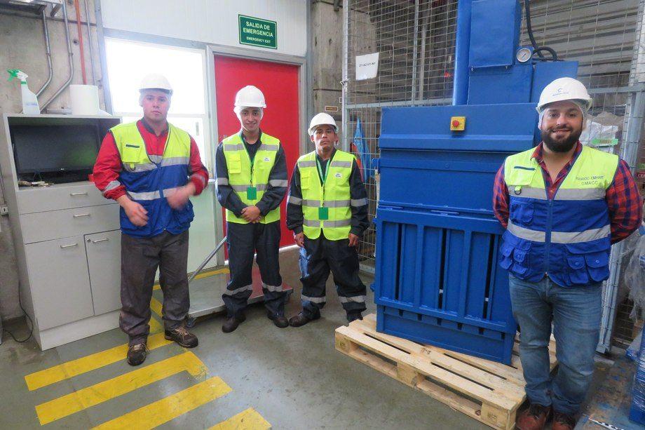 Rodrigo Emhart, jefe de Medio Ambiente de la División de Procesos de Multiexport Foods, junto a trabajadores de la planta Cardonal, con una de las máquinas de Resiter que separa residuos reciclables y no reciclables. Foto: Jonathan Garcés, Salmonexpert.